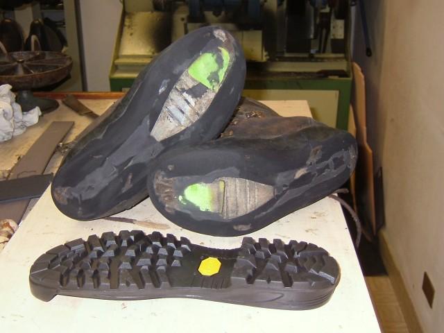 7de07eef44c14 Siamo specializzati nella risuolatura con suole VIBRAM di  - Scarponi da  Trekking - Scarponi da Alpinismo - Scarpette d Arrampicata